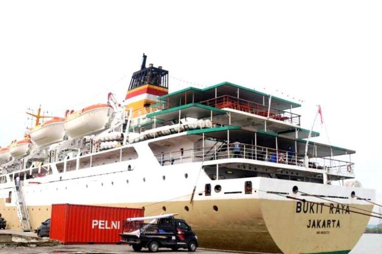Kapal Motor Bukit Raya bersandar di Pelabuhan Belawan, mulai beroperasi sebagai tempat isoter terapung untuk warga Medan, Kamis (19/8/2021)