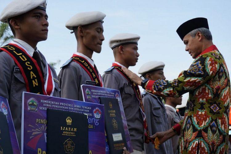 Gubernur Jateng Ganjar Pranowo mewisuda lulusan angkatan pertama SMK Jateng, belum lama ini. SMK Jateng merupakan sekolah yang dibuat oleh Gubernur Jateng yang diperuntukkan khusus untuk menampung siswa kurang mampu.