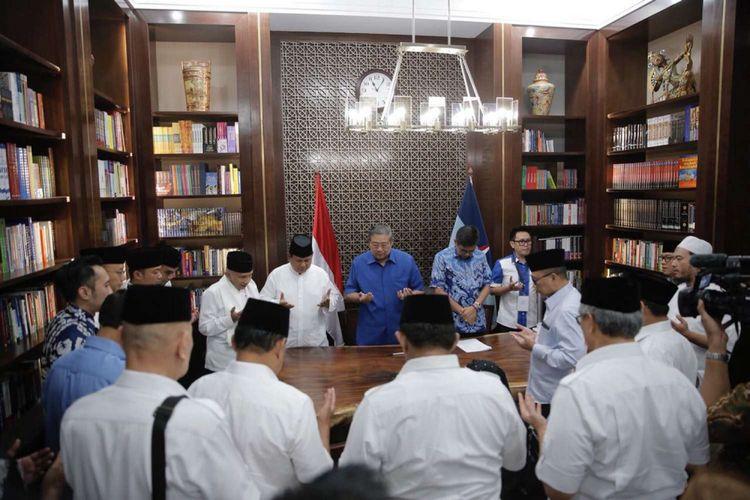 Ketua Umum Partai Demokrat Susilo Bambang Yudhoyono (tengah) bertemu Ketua Umum Partai Gerindra Prabowo Subianto di kediaman SBY di Mega Kuningan, Jakarta, Jumat (10/8/2018). Partai Demokrat menyatakan dukungannya kepada pasangan calon Prabowo-Sandiaga untuk maju dalam Pilpres 2019.