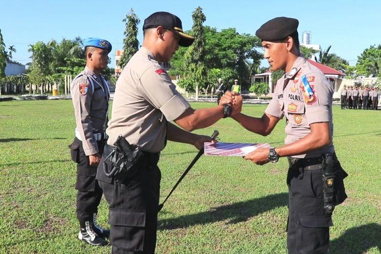 Kapolres Aceh Utara, AKBP Ian Rizkian memberikan penghargaan pada Brigadir T Murizal Saputra atas dedikasinya menjaga kantor Panitia Pemilihan Kecamatan (PPK) selama pemilihan umum di Kecamatan Tanah Pasir, Kabupaten Aceh Utara. Penghargaan itu diberikan langsung setelah upacara Senin (29/4/2019).