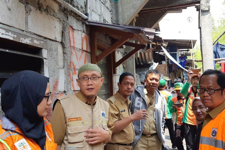 Lurah Tanjung Duren Utara, Iskandar beserta jajaran dinas lainnya meninjau warga yang menggunakan WC bersama di RT 015/RW007, Kecamatan Grogol Petamburan, Jakarta Barat, Senin (7/10/2019)