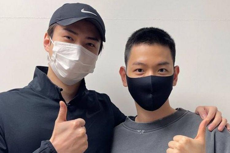 Mewakili personel EXO yang lain, Sehun antar Baekhyun yang akan wamil