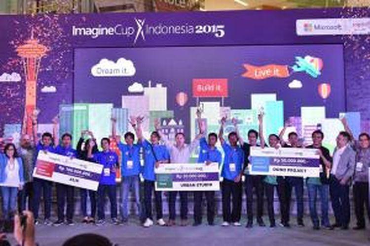 Pemenang Imagine Cup 2015 wilayah Indonesia bersama para juri