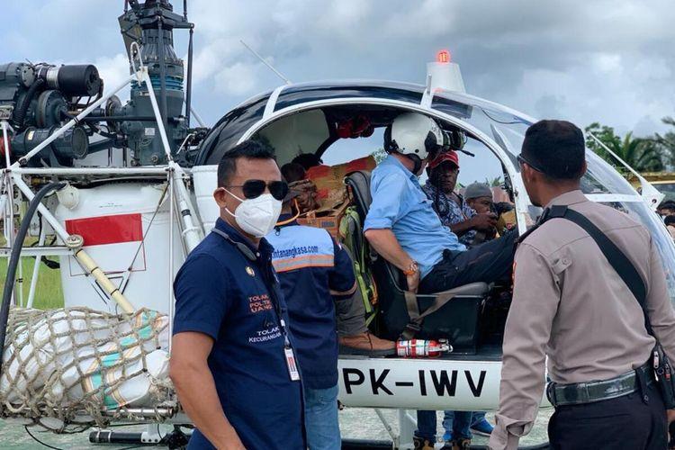 Komisioner Bawaslu Papua, Ronald Manoach (pakai kacamat hitam) tengah mengawasi proses pendistribusian logistik Pilkada di Bandara Nop Goliath, Distrik Dekai, Yahukimo, Papua, Rabu (9/12/2020)