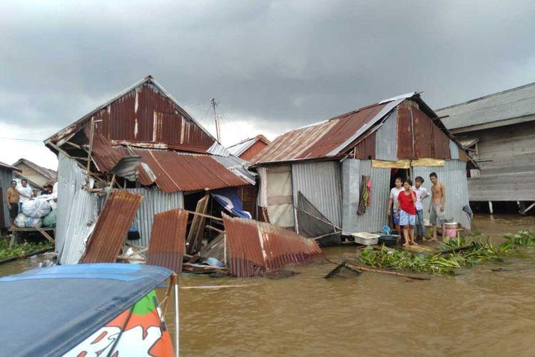 Kondisi empat rumah warga yang tinggal di bantaran sungai Musi mengalami rusak berat akibat ditabrak kapal tongkang, Kamis (3/12/2020).