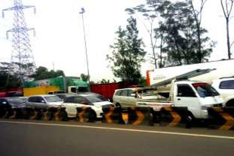 Perbaikan Jembatan Cisomang membuat jalur lama Purwakarta macet  parah. Hal ini disebabkan karena pengalihan arus kendaraan  besar ke Purwakarta, Selasa (27/12/2016).