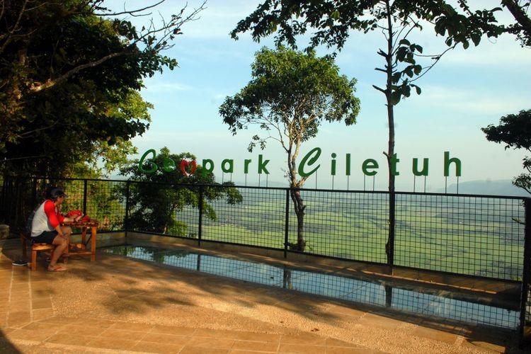 Wisatawan beristirahat di salah satu obyek wisata Geopark Ciletuh Palabuhanratu di Puncak Panenjoan, Tamanjaya, Kecamatan Ciemas, Sukabum, Jawa Barat, Sabtu (22/4/2017).