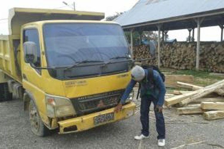 Truk beserta kayu campuran hasil penangkapan Bupati Konawe Selatan, terhadap kegiatan hasil ilegal logging disita di rumah jabatan Bupati setempat.