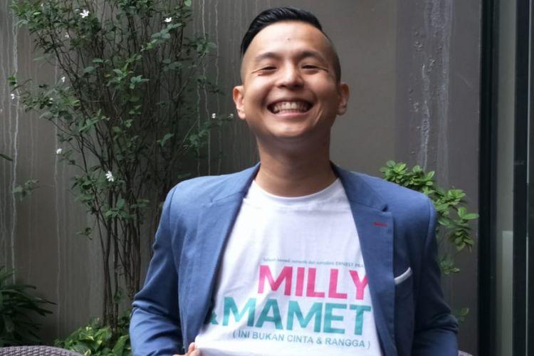 Ernest Prakasa berpose saat jumpa pers peluncuran teaser film Milly & Mamet di Hong Kong Kafe, Menteng, Jakarta Pusat, Kamis (12/7/2018).