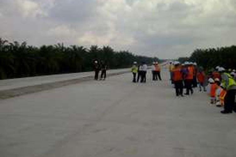 Para pekerja menunggu kedatangan Presiden Joko Widodo di proyek tol Medan-Kualanamu, Rabu (2/3/2016).