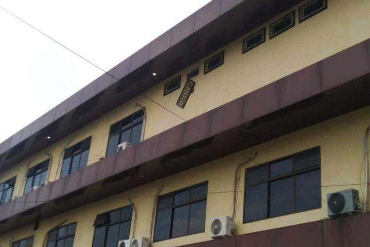 Salah satu ventilasi udara tampak jebol setelah tujuh orang tahanan Polresta Pekanbaru berhasil kabur, Senin (7/12/2020). Setelah berhasil menjebol ventilasi udara, ketujuh tahanan turun dari lantai tiga dengan menggunakan kain sarung.