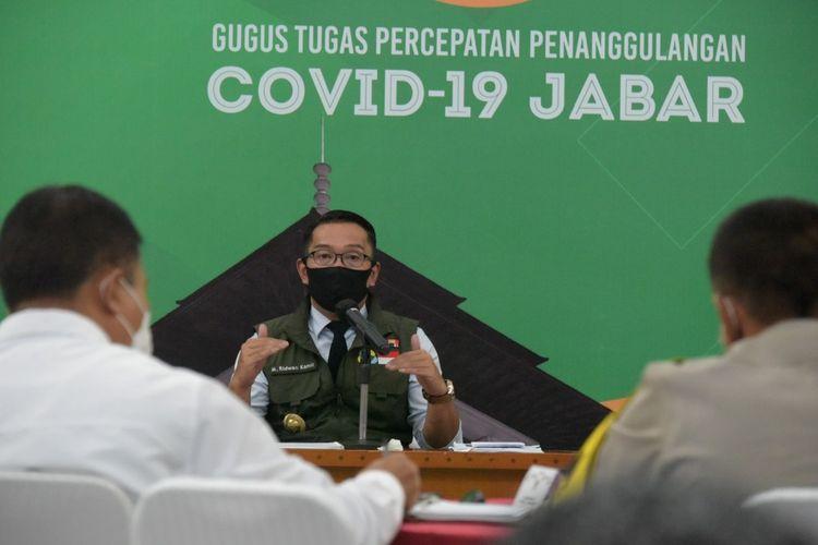 Gubernur Jawa Barat Ridwan Kamil saat menggelar rapat penanganan Covid-19 di Gedung Sate, Jalan Diponegoro, Senin (27/4/2020) kemarin.