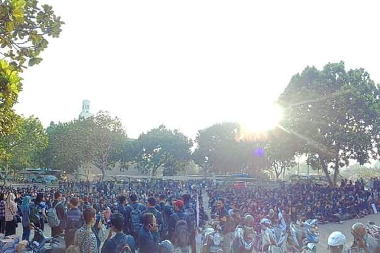 Sebanyak 800 mahassiwa Unpad tengah bersiap untuk bergerak ke Gedung DPR RI, Jakarta, Selasa (24/9/2019). Mereka akan berkumpul dengan mahassiwa se-Indonesia di Jakarta mengecam sejumlah kebijakan pemerintah.