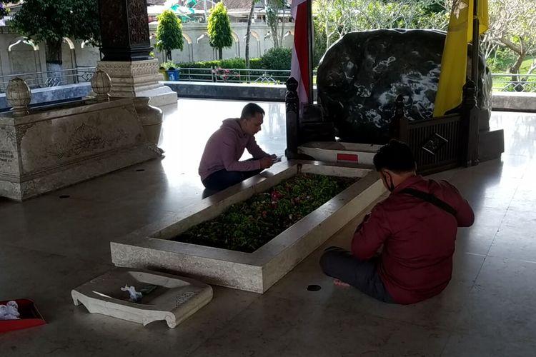 Peziarah berdoa dan membaca ayat-ayat suci di pusara Makam Bung Karno di Kelurahan Bendogerit, Kota Blitar, Senin (17/5/2021)