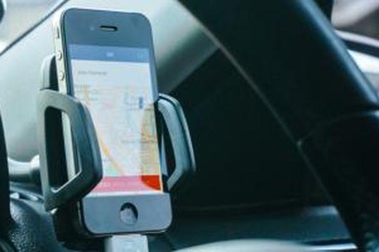 Pengemudi mobil Uber hanya bermodal sebuah iPhone yang digunakan untuk memantau pesanan dan melakukan semua hal yang berkaitan dengan platform transportasi tersebut