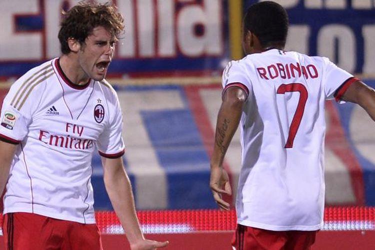 Gelandang AC Milan Andrea Poli (kiri) merayakan golnya ke gawang Bologna bersama dengan Robinho, pada pertandingan Serie-A, di Renatp DallAra, Rabu (25/9/2013).
