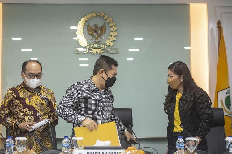 Ketua Bidang Hukum DPP Partai Golkar Adis Kadir (tengah) didampingi Ketua Badan Advokasi Hukum dan HAM (Bakumham) Partai Golkar Supriansa (kiri), dan Ketua DPP Partai Golkar bidang MPO Meutya Hafid (kanan) berbincang usai memberikan keterangan pers pascapenahanan Azis Syamsuddin oleh KPK, di Ruang Fraksi Partai Golkar, kompleks Parlemen, Senayan, Jakarta, Sabtu (25/9/2021). Partai Golkar menyatakan bahwa Azis Syamsuddin telah menyampaikan surat pengunduran dirinya sebagai Wakil Ketua DPR periode 2019-2024 dan menghormati proses hukum yang saat ini dijalankan oleh KPK. ANTARA FOTO/Aprillio Akbar/aww.