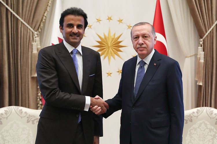 Emir Qatar, Sheikh Tamim bin Hamad Al-Thani saat bertemu dengan Presiden Turki Recep Tayyip Erdogan di Ankara, Rabu (15/8/2018).