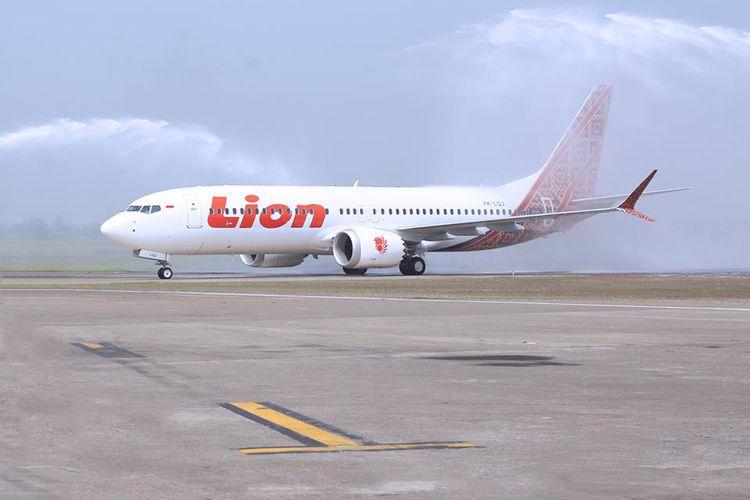 Tradisi water salute menyambut kedatangan pesawat baru B737 MAX 8 Lion Air di Bandara Soekarno-Hatta, Selasa (4/7/2017).