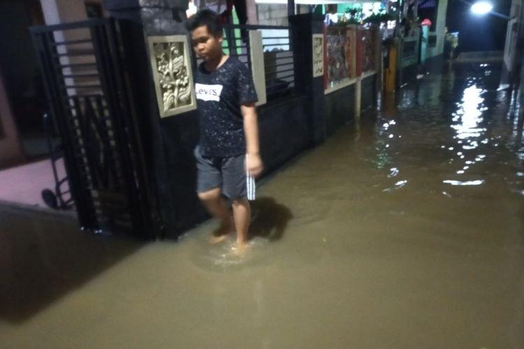 Banjir merendam wilayah RW 09, Kelurahan Kelapa Dua Wetan, Ciracas, Jakarta Timur, Minggu (1/3/2020) malam.