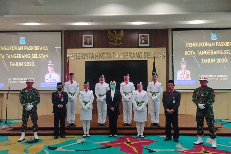 Airin bersama Pasukan Pengibar Bendera Pusaka (Paskibraka) yang akan bertugas pada upacara HUT Ke-75 RI di Pemkot Tangsel, Jumat (14/8/2020)