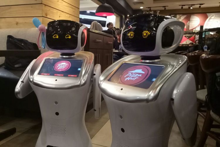 Sally dan Sammy, dua robot pintar yang diluncurkan Pizza Hut Indonesia, di Pizza Hut Kota Kasablanka, Jakarta, Rabu (21/2/2018).
