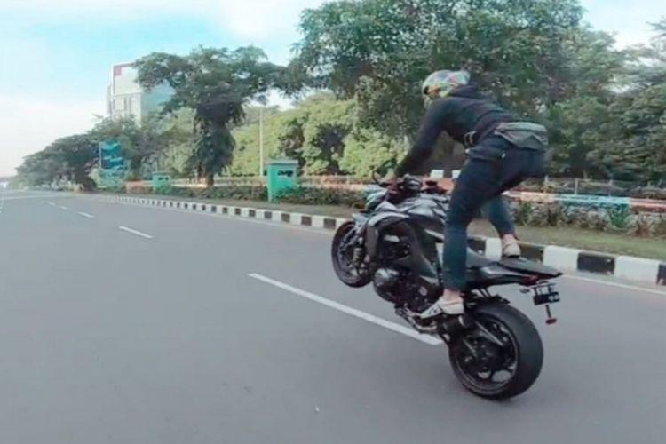 Aksi wheelie yang dilakukan di jalan raya