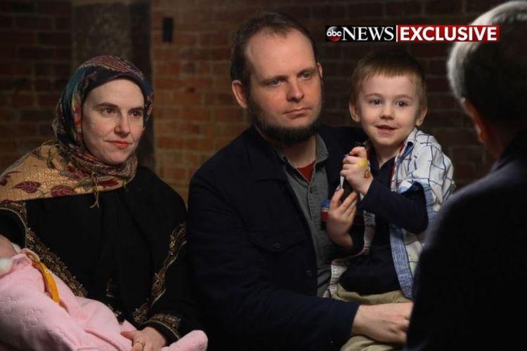 Keluarga Boyle duduk ketika diwawancarai Kepala Koresponden Investigasi ABC News, Brian Ross, pada wawancara televisi pertama mereka sejak dibebaskan dari Taliban. (ABC News).