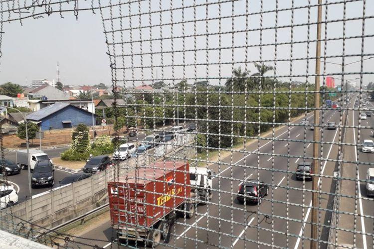 Jalan layang Jalan Pesanggrahan, Kembangan, Jakarta Barat menjadi lokasi pelemparan batu yang dilakukan MR (40) terhadap pengguna jalan tol Jorr pada Senin (16/7/2018).