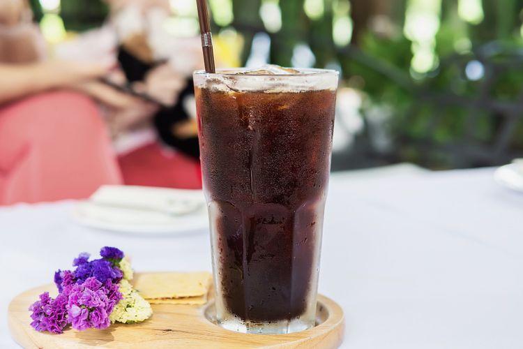 Ilustasi ice americano sebagai salah satu jenis kopi dingin atau cold brew.