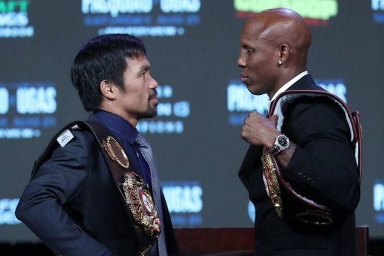 Manny Pacquiao (kiri) dan petinju asal Kuba pemegang sabuk juara WBA super kelas welter, Yordenis Ugas (kanan), saling berhadapan seusai konferensi pers yang dihelat di MGM Grand Garden Arena, Rabu (18/8/2021).