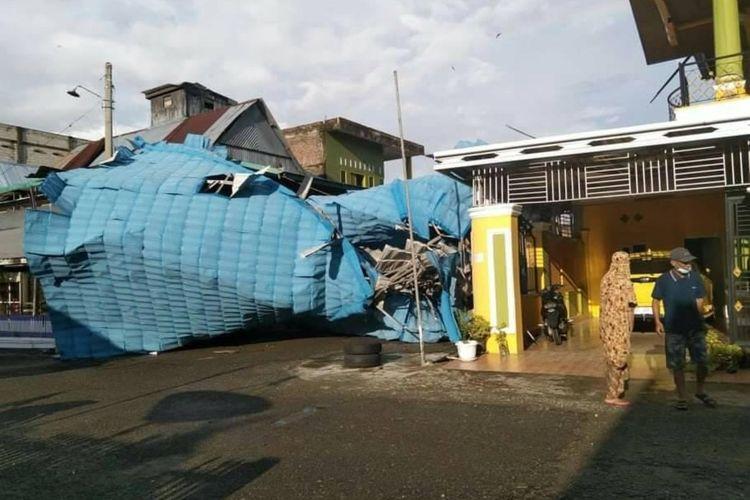 Puluhan rumah di Kabupaten Wajo rusak diterjang angin puting beliung.