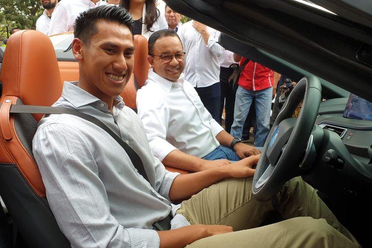 Pebalap nasional, Sean Gelael menyupiri Gubernur DKI Jakarta, Anies Baswedan dalam konvoi kendaraan listrik jelang acara pengumuman resmi Jakarta sebagai tuan rumah Formula E, di Monas, Jumat (20/9/2019).