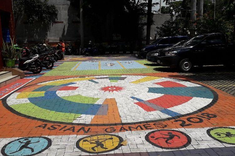 Suasana kantor Kelurahan Tegal Alur yang dilukis warna-warni untuk memeriahkan Asian Games 2018 pada Jumat (27/4/2018).