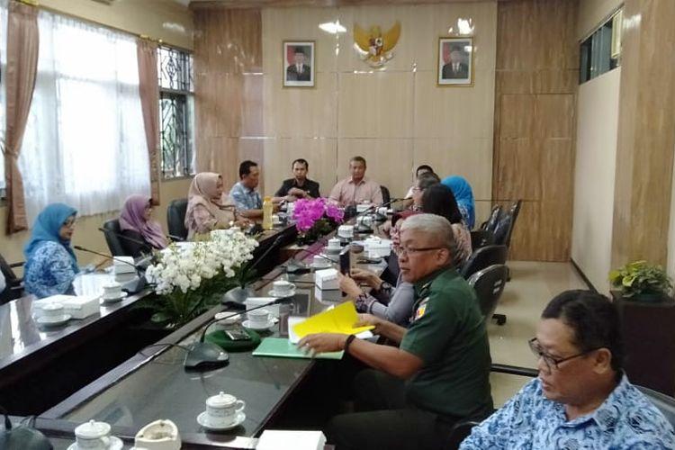 Rapat dengar pendapat  antara komisi D DPRD Jember dengan Dinkes Jember dan  dan Rumah Sakit tentang Virus Corona 19
