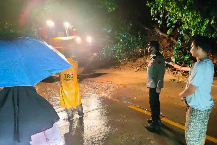 Akses jalan Padang-Solok kembali lancar setelah material longsor dibersihkan, Jumat (24/9/2021) malam.