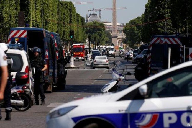 Polisi Paris mengevakuasi orang-orang dari kawasan Champs Elysees.