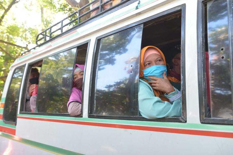 dua pemeriksaan Warga yang hendak memasuki kawasan wisata di Lombok barat tepatnya di Senggigi