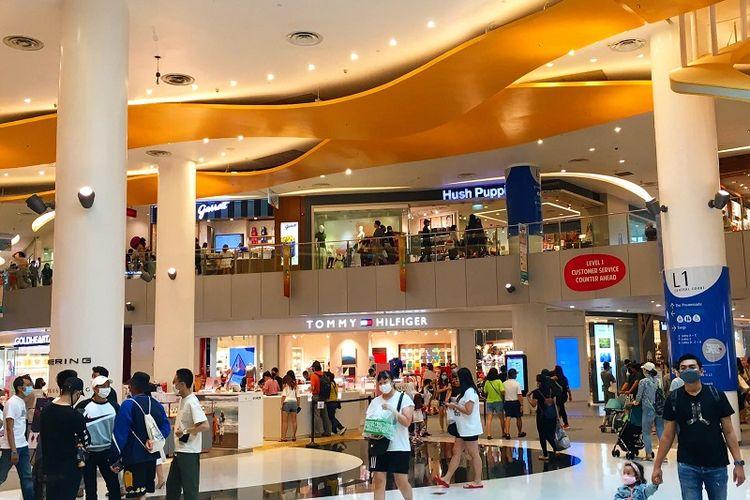 Keramaian pengunjung yang memakai masker terlihat di pusat perbelanjaan VivoCity, Singapura, Sabtu siang (12/09/2020)
