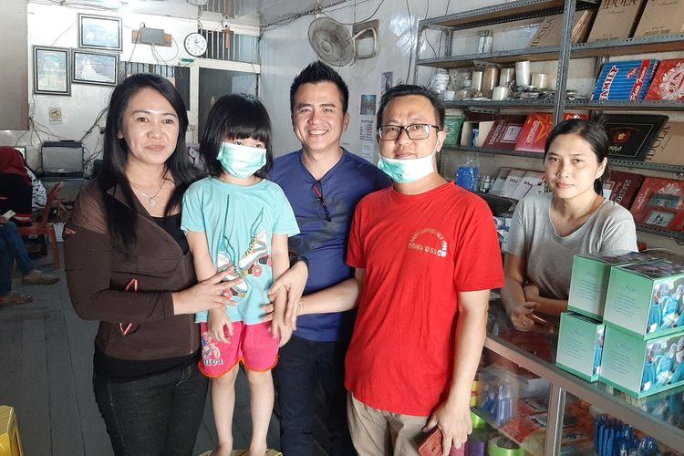Susanto Tan dan Celine, ayah anak penyintas kanker saat menerima pemberian masker dari Anggota Komisi V DPRD Kalimantan Barat, Sudiantono, Sabtu (7/3/2020).