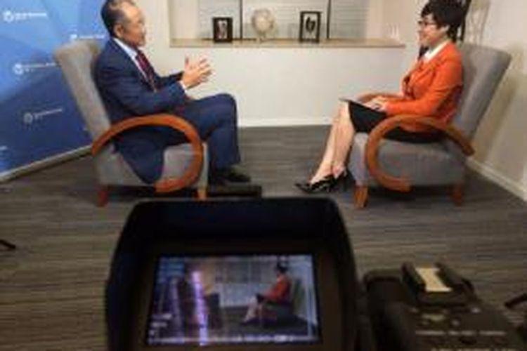Presiden Bank Dunia Jim Yong Kim dalam sesi wawancara bersama Pemimpin Redaksi Kompas TV Rosianna Silalahi di Jakarta, Kamis (21/5/2015).