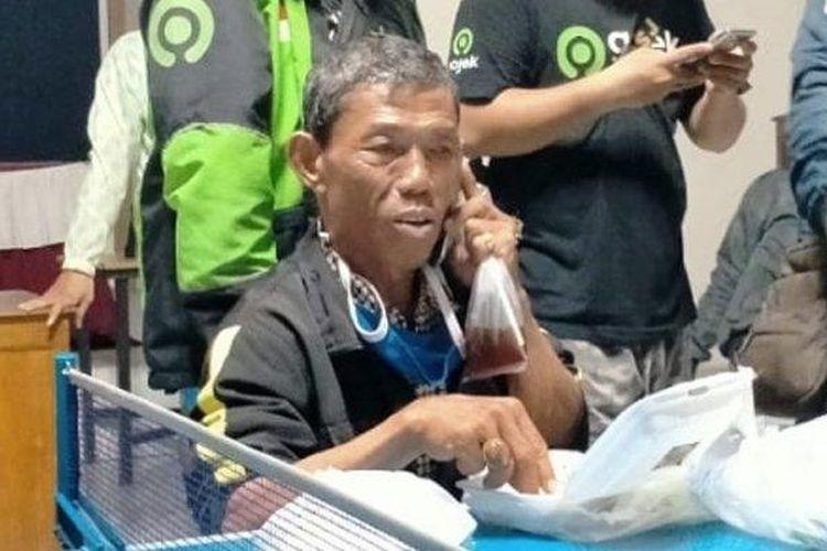 Mulyono (59) warga Kalibagor, Desa Srowot, Banyumas menjadi korban penipuan di Solo, Sabtu (4/4/2020). Ia kemudian dibantu oleh driver Ojol Solo Raya di Kelurahan Banyuanyar, Banjarsari.