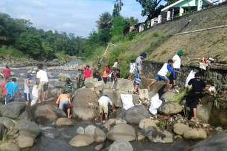 Sejumlah warga Kota Bogor membersihkan sampah di bantaran Sungai Ciliwung, tepatnya di Bendung Katulampa, Sabtu (15/10/2016).