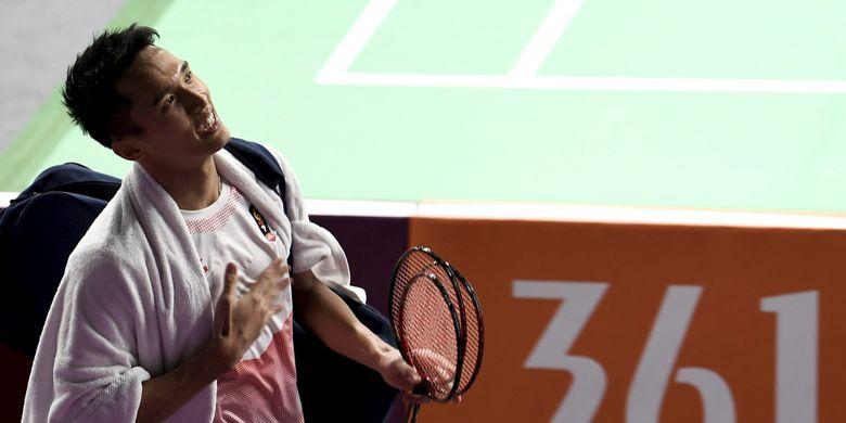Pebulu tangkis tunggal putra Indonesia Jonatan Christie meninggalkan lapangan usai menundukkan pebulu tangkis Jepang Kenta Nishimoto, pada pertandingan babak semifinal nomor perorangan Asian Games2018 di Istora Senayan, Jakarta, Senin (27/8/2018).