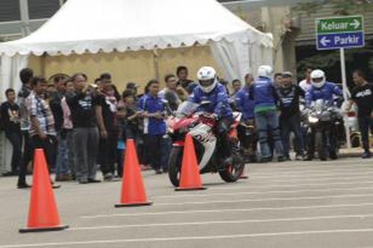 Kompasianer menjajal Yamaha R25 dalam acara Kompasiana Nangkring bareng Yamaha R25 di Flavour Bliss, Alam Sutera, Tangerang Selatan, Sabtu (20/9/2014).