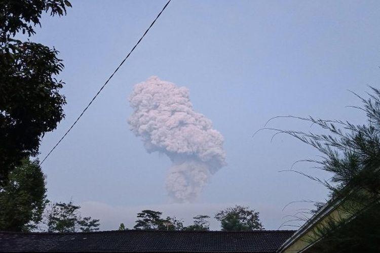 ERUPSI GUNUNG MERAPI. Letusan Gunung Merapi terlihat dari Musuk, Boyolali, Jawa Tengah, Selasa (3/3/2020). Gunung Merapi meletus pada pukul 05.22 WIB dengan tinggi kolom 6000 meter dengan status waspada. ANTARA FOTO/Irma/pras.
