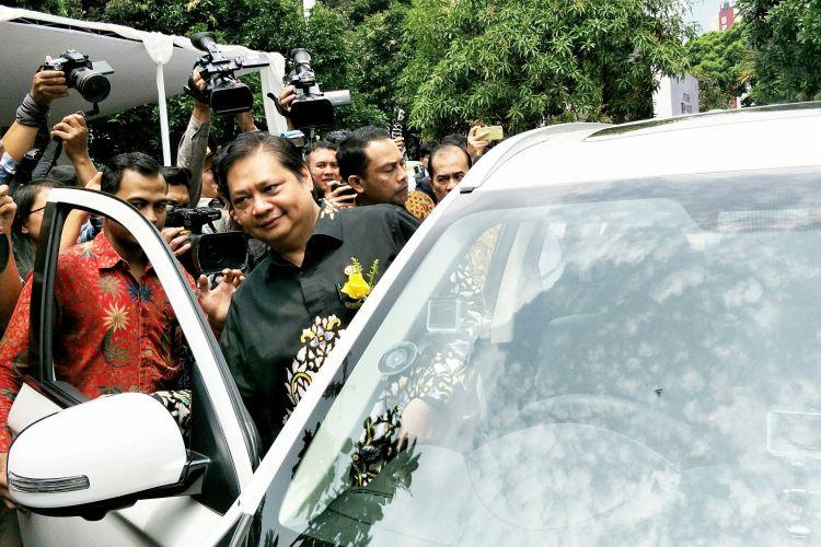 Menteri Perindustrian (Menperin) Airlangga Hartarto saat menjajal atau test drive mobil Mitsubishi Outlander hybrid di Kemenperin, Jakarta, Senin (26/2/2018).