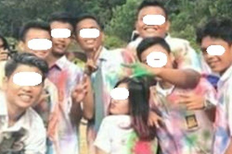Siswa dan siswi SMA di Riau, saat merayakan kelulusan dengan cara tak terpuji hingga viral di media sosial, Senin (4/5/2020).(Dok. Istimewa)