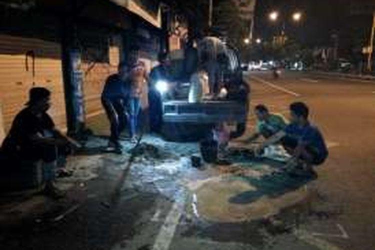 Jogja Nyah Nyoh saat menambal lubang di jalan Yogya - Solo Km 9