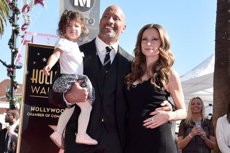Aktor Dwayne Johnson atau The Rock dan penyanyi Lauren Hashian serta putri mereka, Jasmine, menghadiri acara penganugerahan bintang di Hollywood Walk of Fame, Hollywood, California, pada 13 Desember 2017.